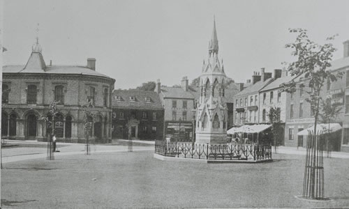 An early photograph of the Stanhope Memorial with Sellwood House in the background.